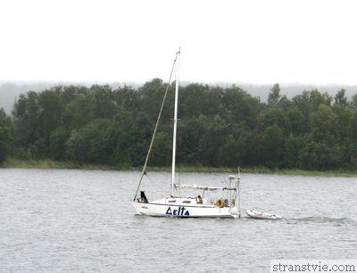 Яхта на озере
