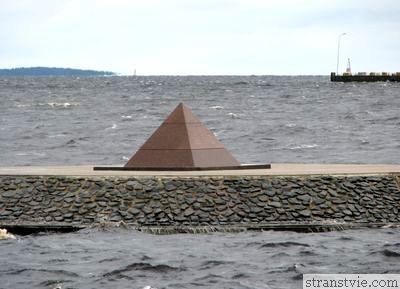 пирамида на набережной Петрозаводска