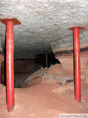 Своды пещеры укрепляют