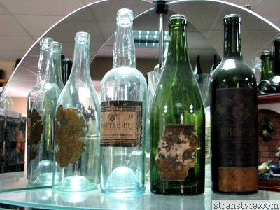 Старые бутылки из-под водки