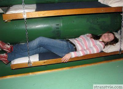 Кровать на подводной лодке рядом с торпедой