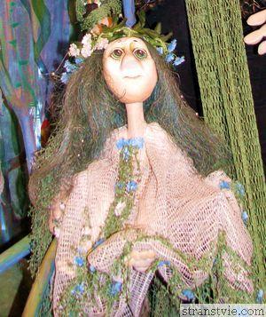 Русалка на ветвях сидит в музее кукол
