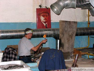 Портрет Ленина на стене на фабрике ёлочных игрушек