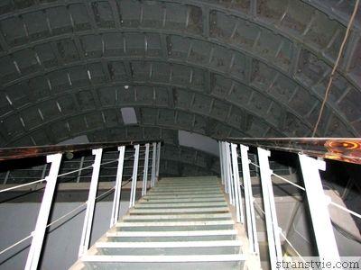 Лестница в секретный военный бункер