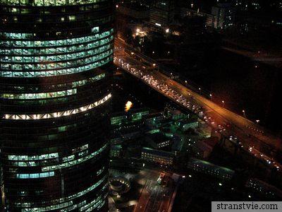 Башня на набережной ночью