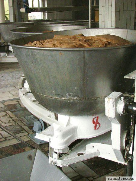 тесто в чашке на хлебном комбинате