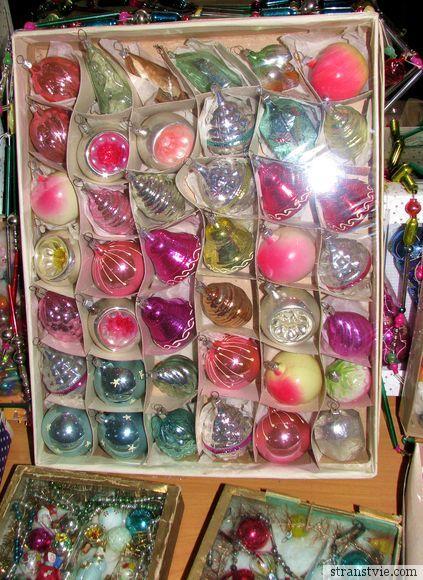 Много ёлочных игрушек