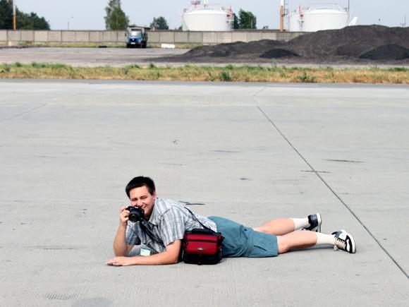 Споттер лежит на полу