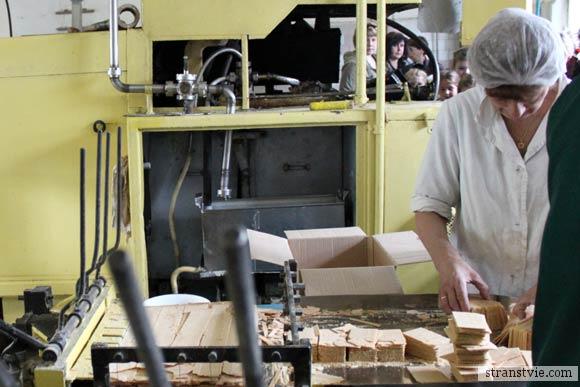 Сортировка вафель на фабрике мороженого