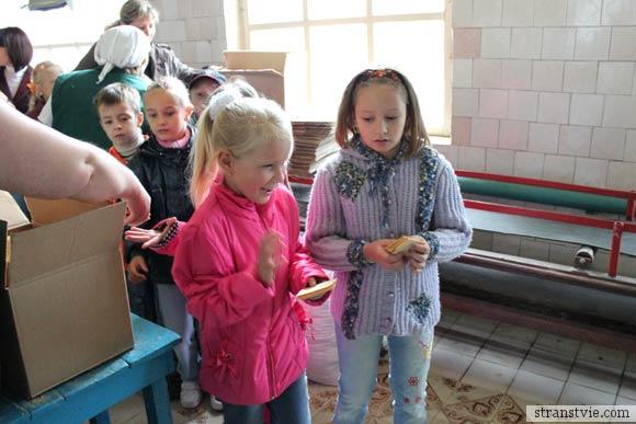 дети лопают вафли на фабрике мороженого