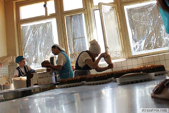 Лепка тортов на кондитерской фабрике