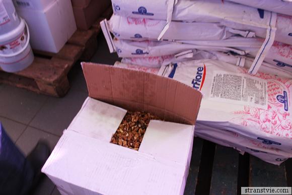 Грецкие орехи на кондитерской фабрике