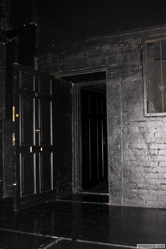 Дверь за кулисы