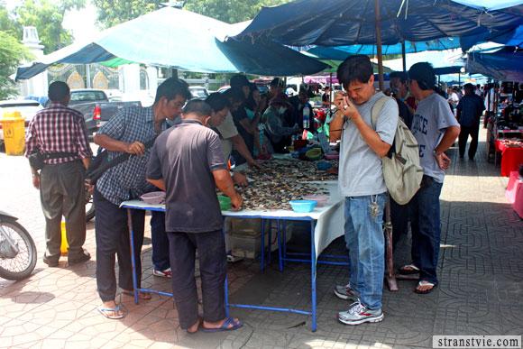 Коллекционеры на барахолке в бангкоке