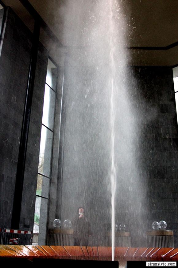 Горячий гейзер на курорте Карловы Вары. Вода используется для приготовления Бехеровки